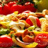 Sałatka z grillowanym kurczakiem i bazyliowym sosem / Salad with grilled chicken and basil sauce