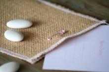 Invitación rosa con sobre de tela de saco