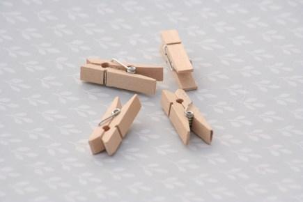Detalle de pinzas de madera