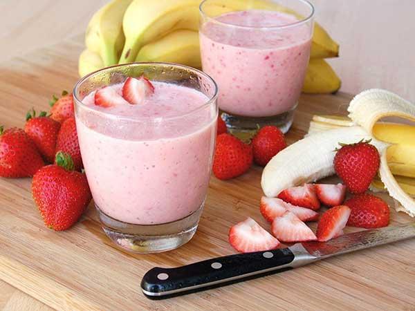 Cocktail de morangos de banana e iogurte