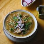 sopa de fideo verde con poll