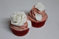 Cupcakes rosa y pétalos
