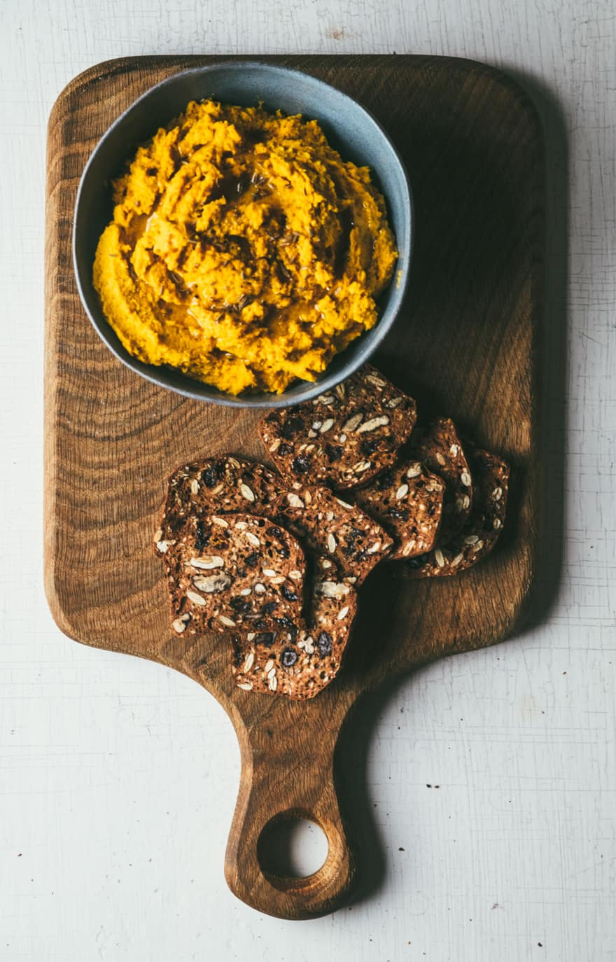 Roasted Carrot Hummus with Turmeric and Bee Pollen #vegan #hummus #turmeric