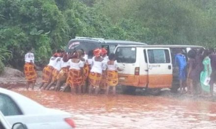 """VERY FUNNY: See Photo Of Imo State Women Get Stuck In Flood On Their Way To """"Rochas/Buhari"""" Rally"""