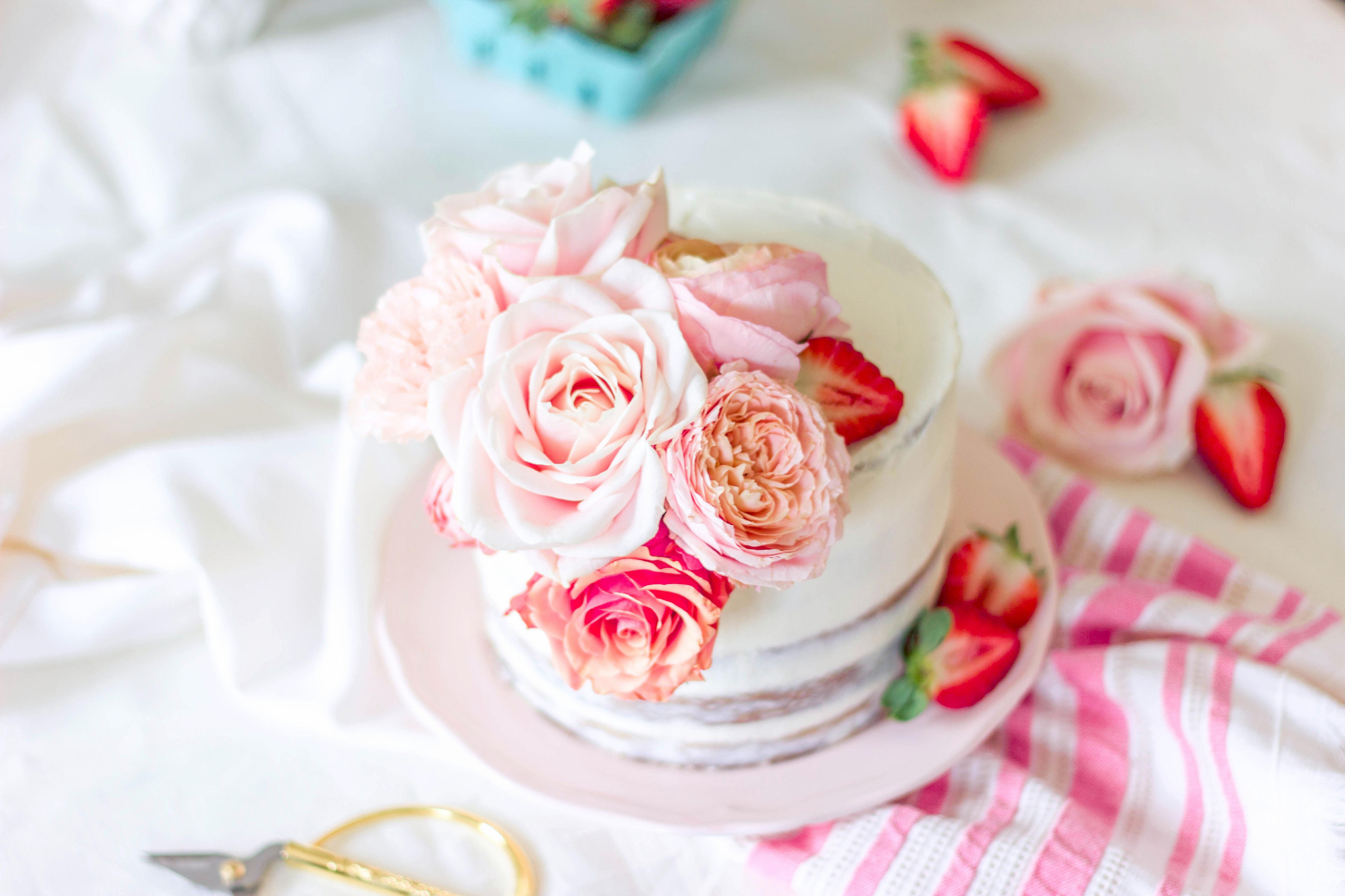 Semi naked cake aux fraises et fleurs fraiches