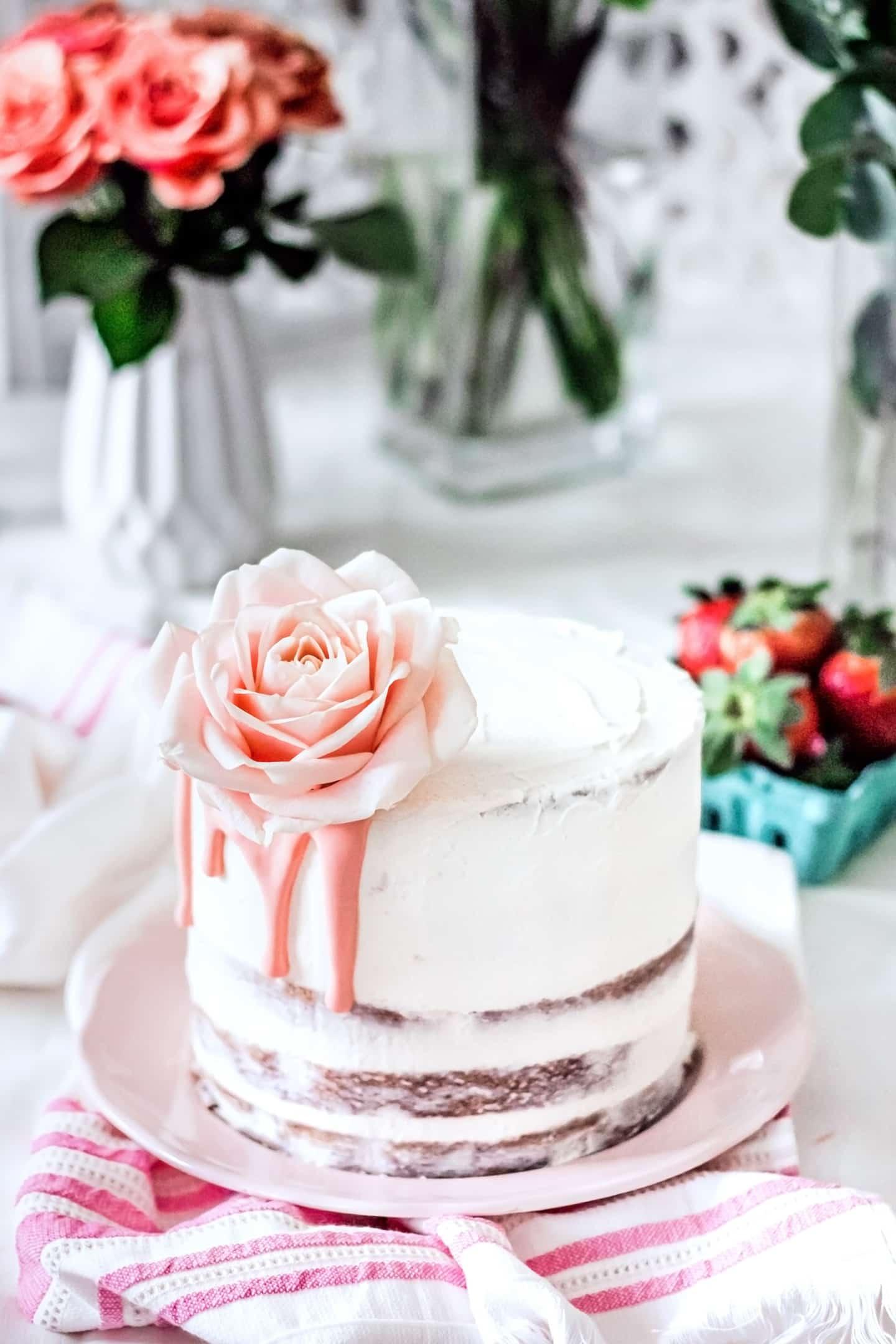 Layer cake fraises et fleurs fraiches