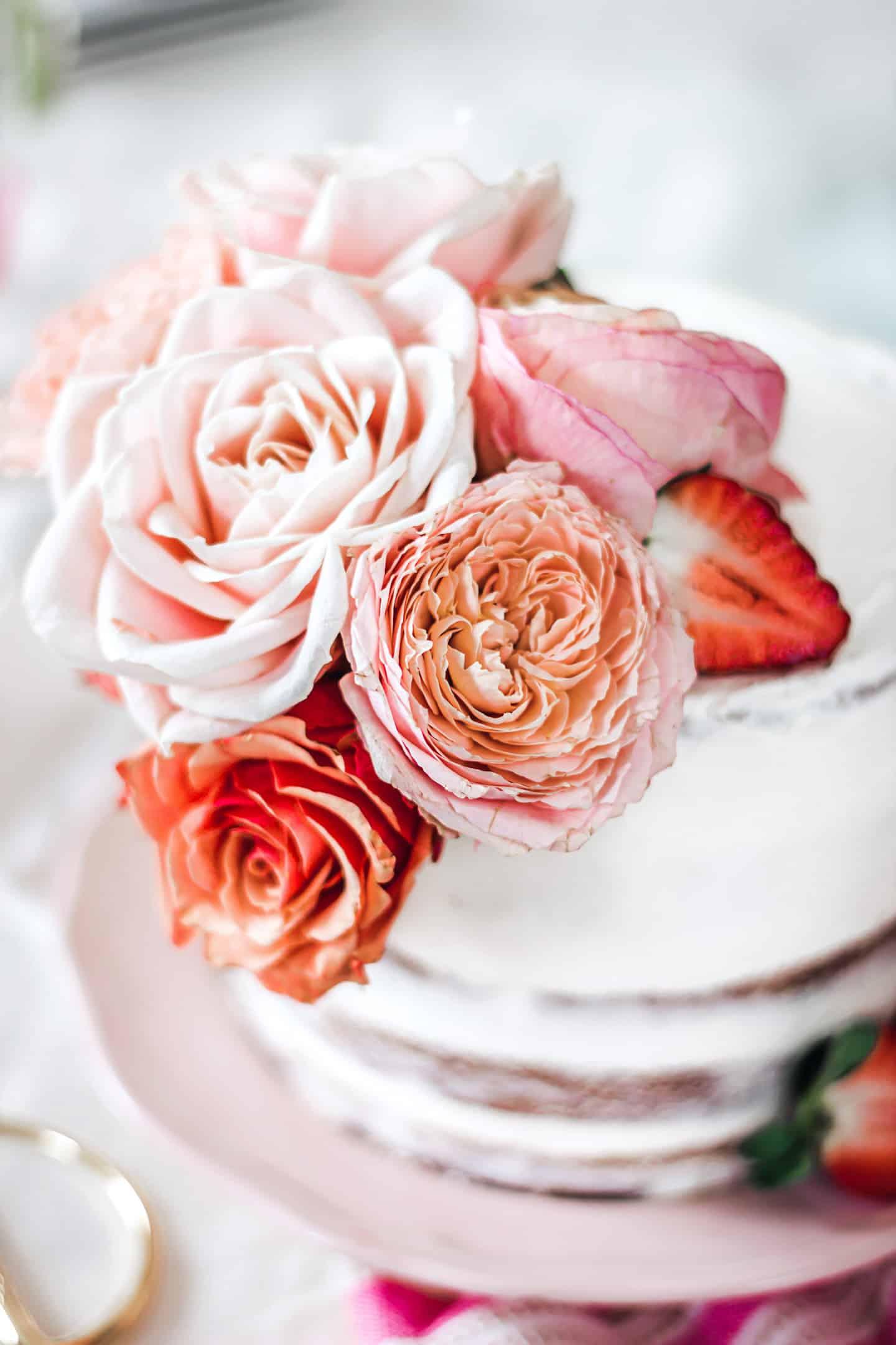 Layer cake décoré de fleurs fraiches