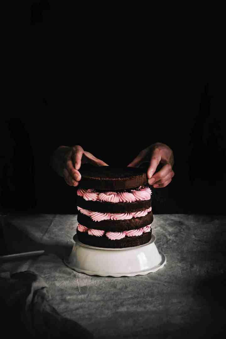 Naked cake ganache chocolat et crème au beurre rose