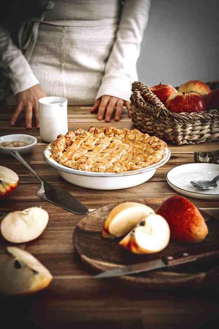Tourte aux pommes caramélisées et parfumées à la cannelle