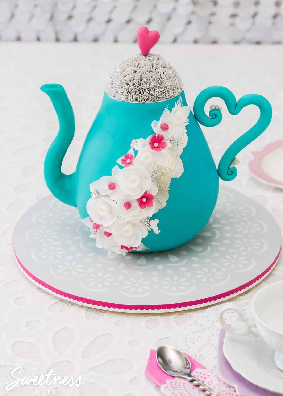simple-stencilled-cake-board-featured-image