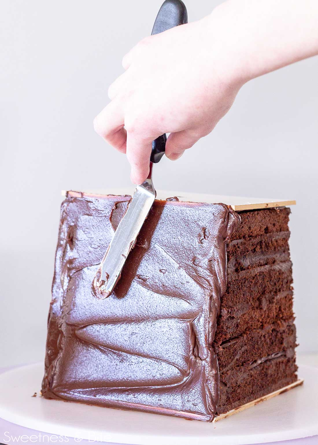 Tips for cake decorating with shaky hands - offset spatula