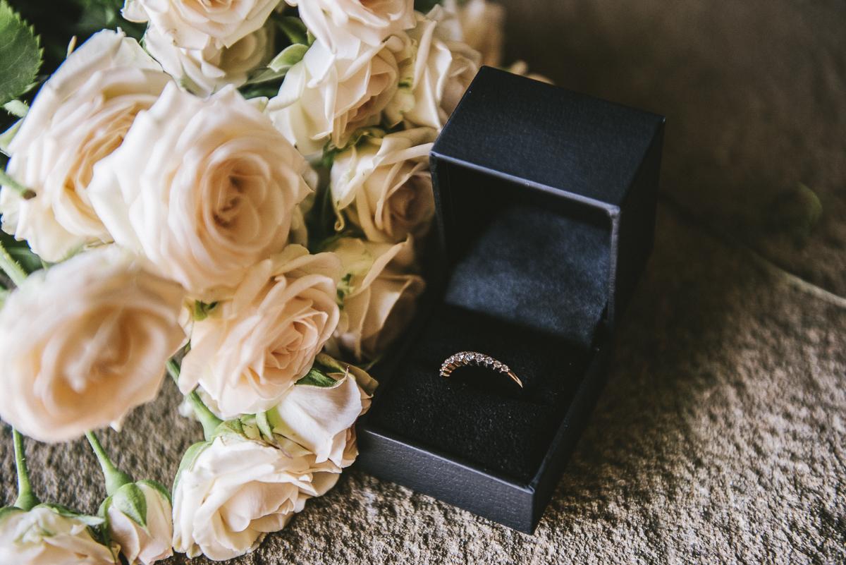rosas y anillo
