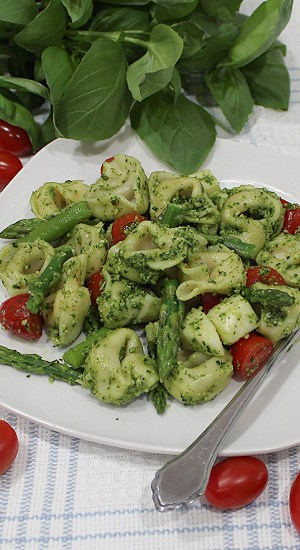 Cheese tortellini, aspargus spears, and halved tomatoes smothered in pesto.