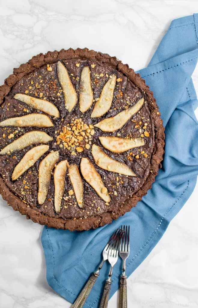 easy recipe for gluten free vegan chocolate tart covered with chocolate spread and rum pears