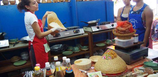 バンコクのタイ料理教室でマッサマンカレーを作る