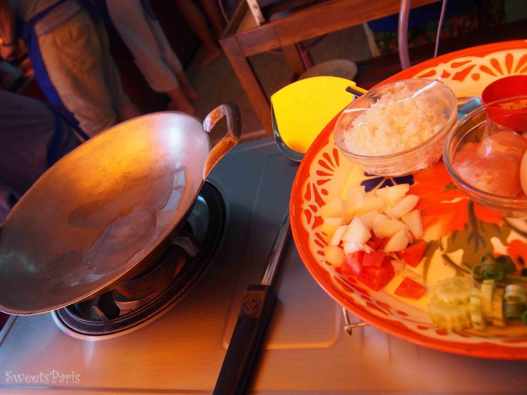 バンコクのタイ料理教室でチャーハンを作る