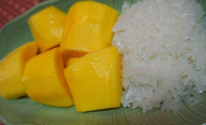 バンコクのタイ料理教室でカオニャオマムアンを作る