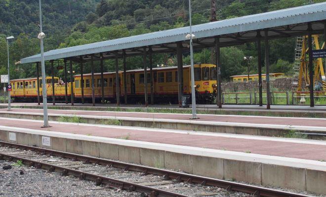 南仏の黄色に電車に乗る旅
