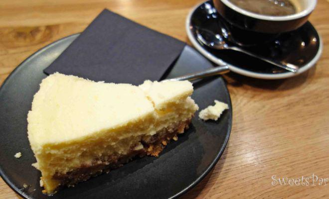唯一、奇跡的にチーズケーキだけがおいしい人気のカフェ Slake Coffee House