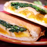 ホットサンドメーカーお手軽レシピ!「ほうれん草の胡麻和えと煮卵のホットサンド」