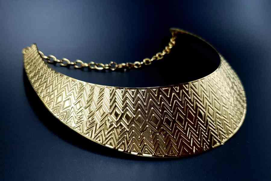 Metal Base Zigzag Pattern Golden Necklace 1