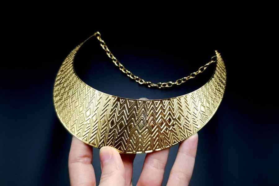 Metal Base Zigzag Pattern Golden Necklace 9