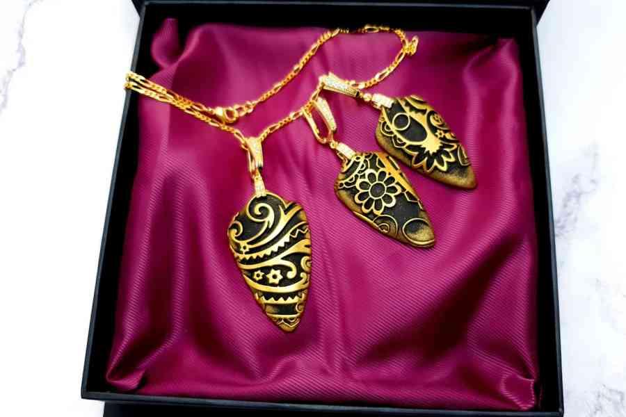 "Jewelry Set ""Golden Flowers on Black"" 7"