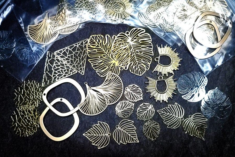 Mixed set of amazing 22 pieces earrings metal charms