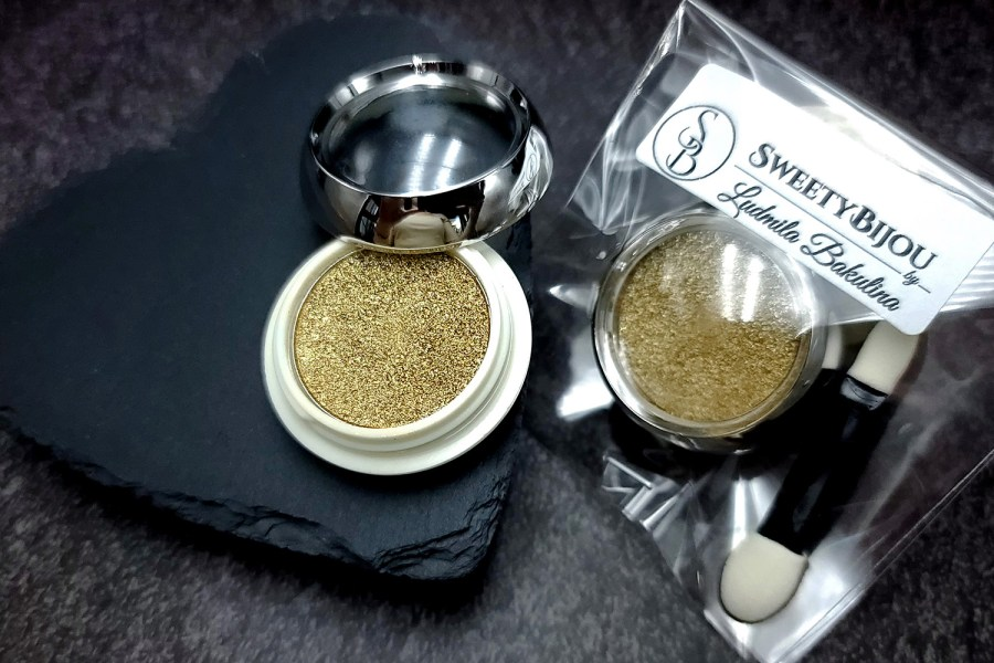 Solid golden powder with metal and chrome effect pigment