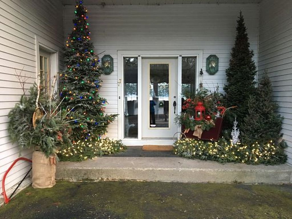 Gorgeous Winter Front Porch Design Ideas 33