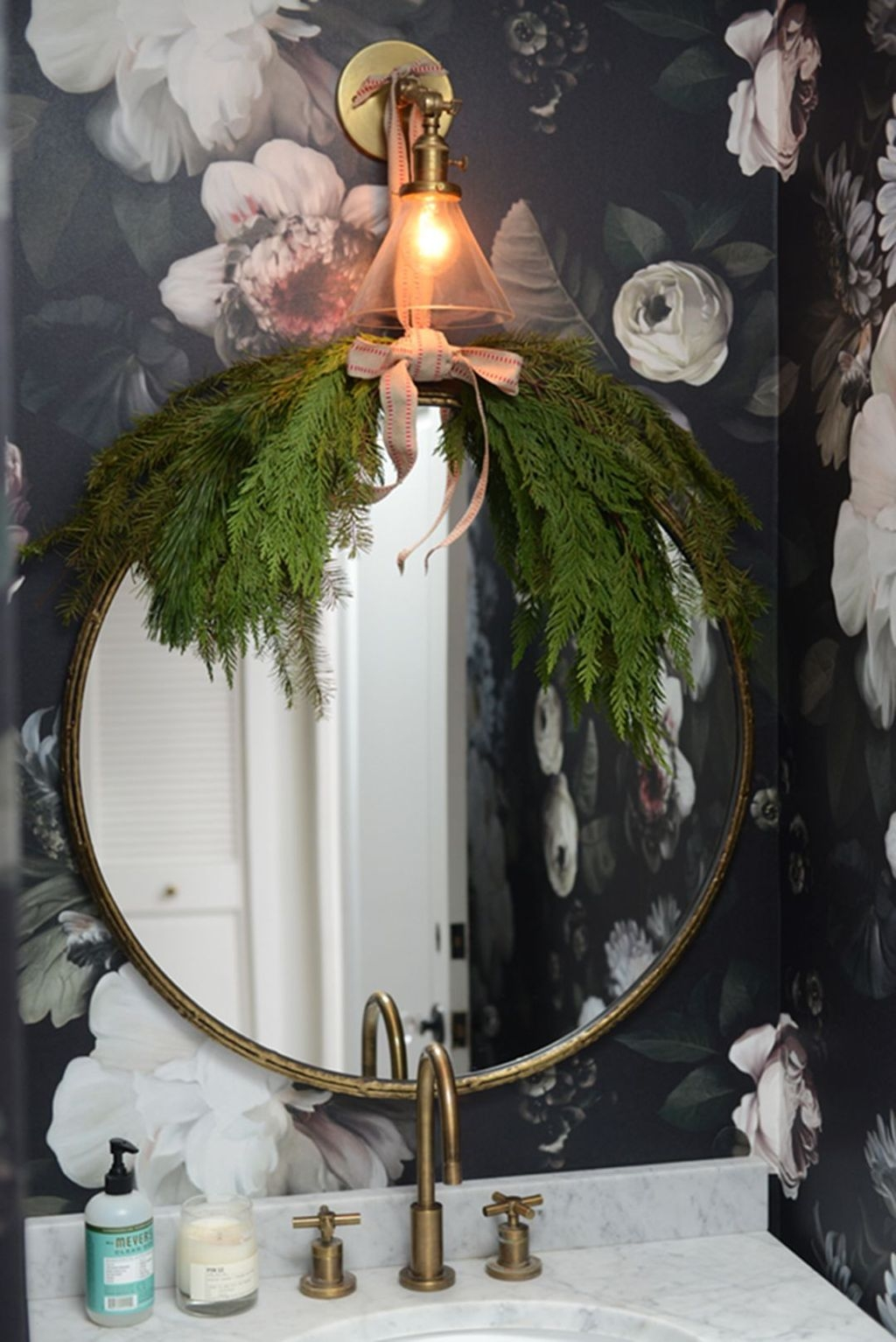 Awesome Winter Bathroom Decor You Need To Have 33