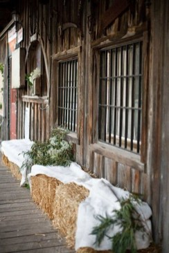 Lovely Winter Front Porch Decoration That Will Make Your Porch Looks Beautiful 08