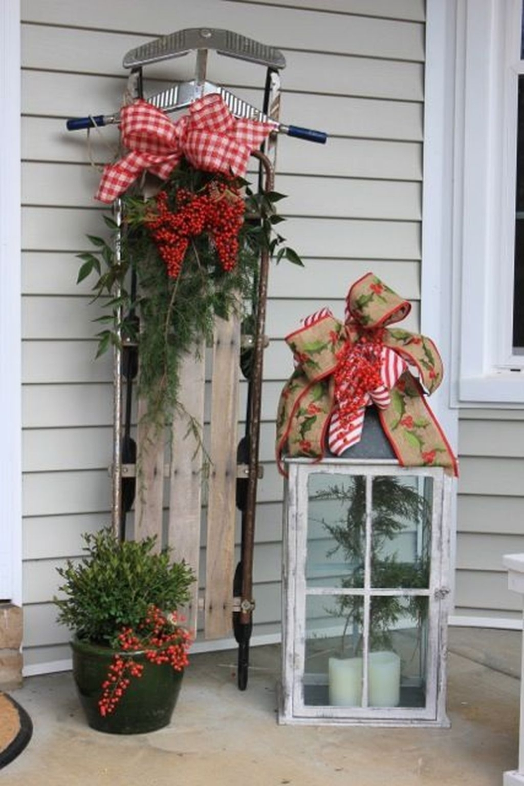 Lovely Winter Front Porch Decoration That Will Make Your Porch Looks Beautiful 31