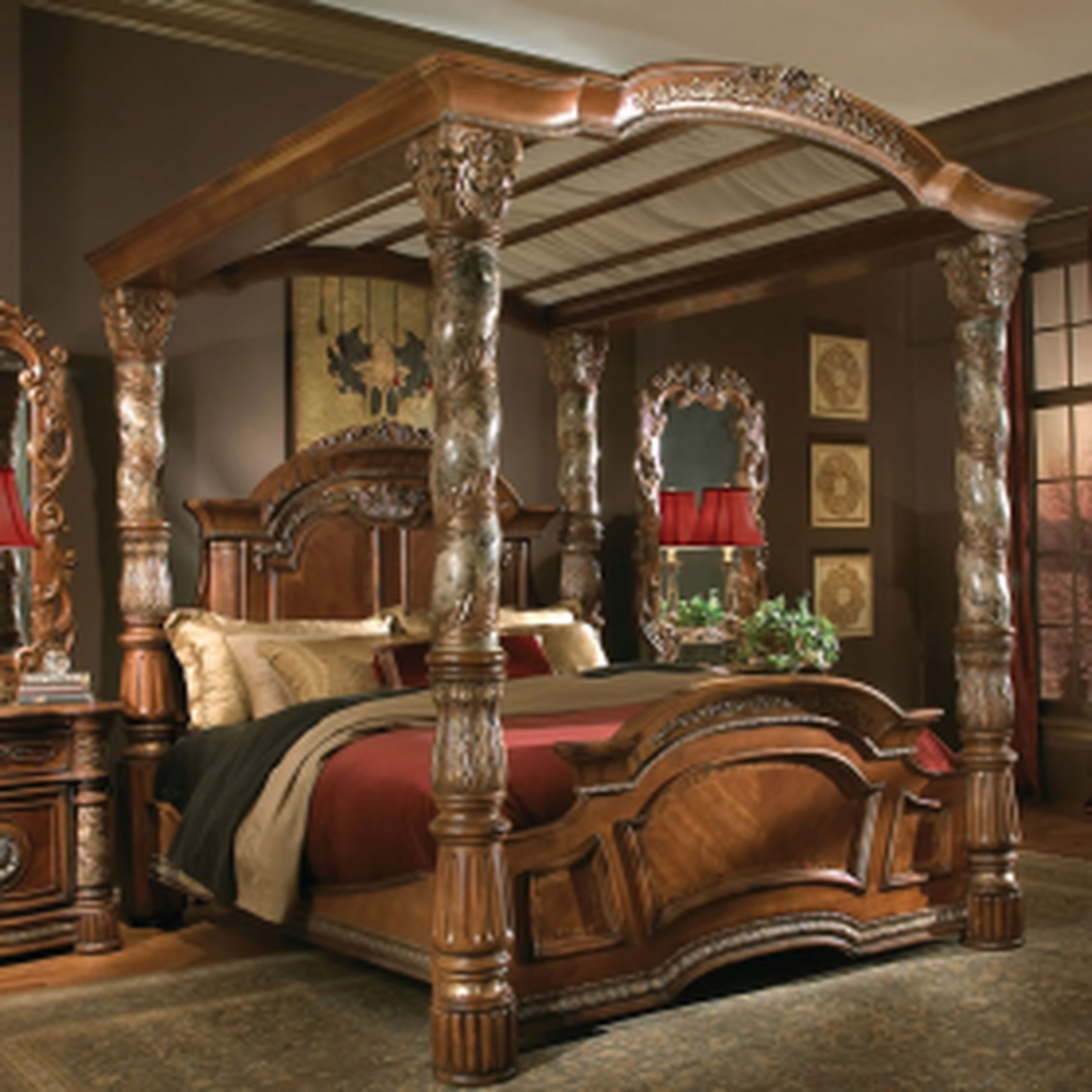 Romantic Bedroom With Canopy Beds 08