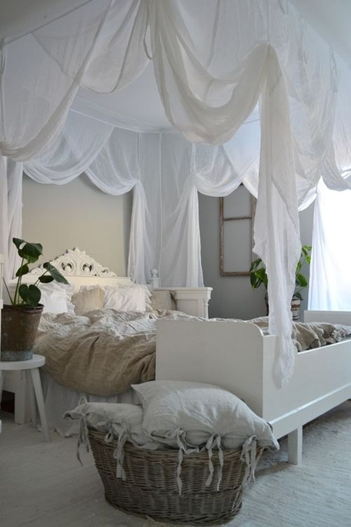 Romantic Bedroom With Canopy Beds 18