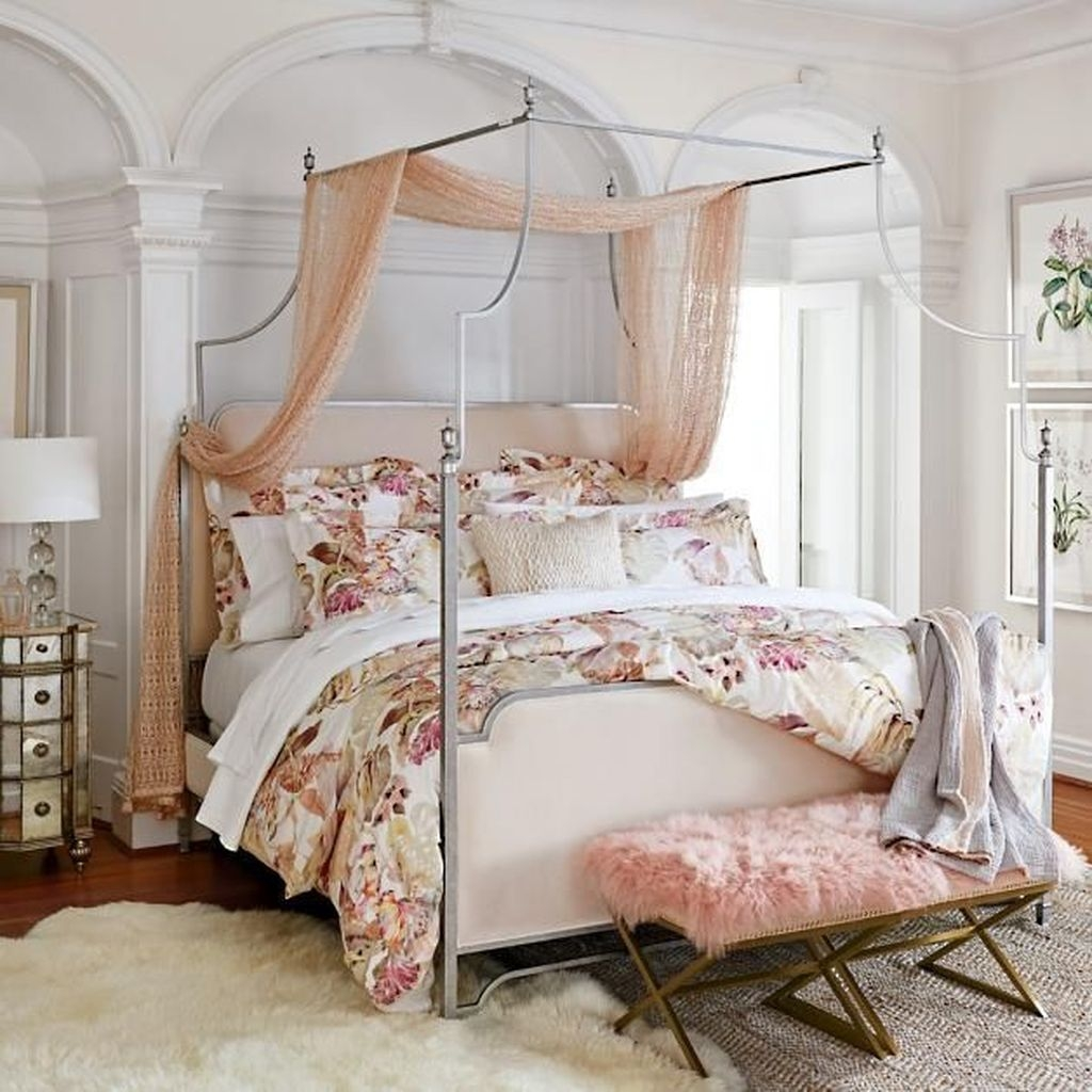Romantic Bedroom With Canopy Beds 22