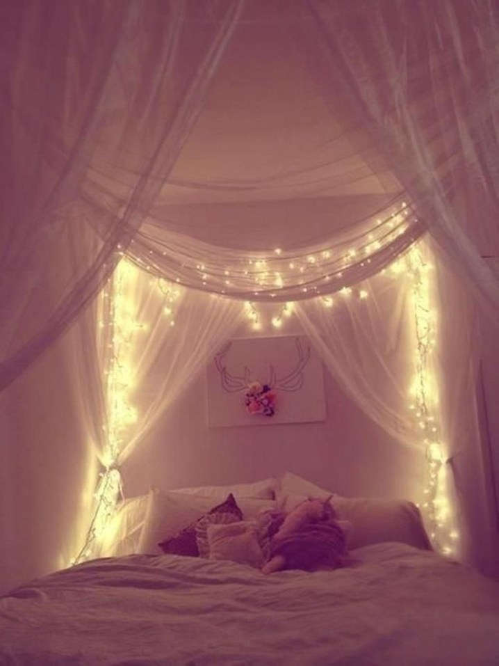 Romantic Bedroom With Canopy Beds 33