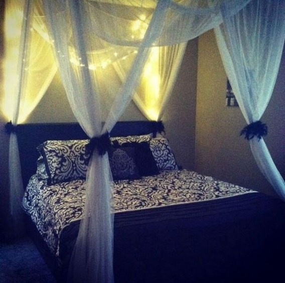 Romantic Bedroom With Canopy Beds 49
