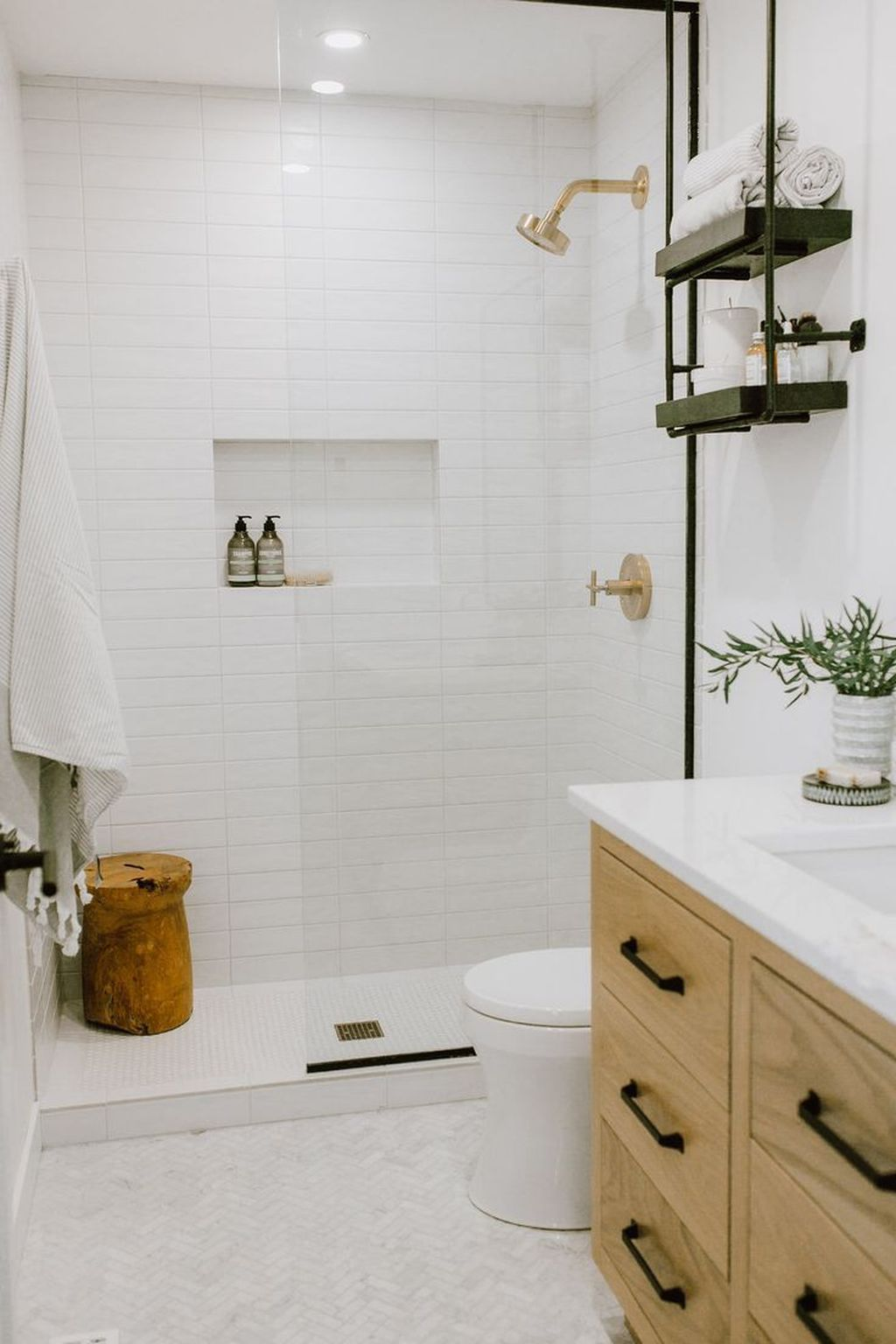 Amazing White Tile Bathroom Design Ideas Looks Elegant 12