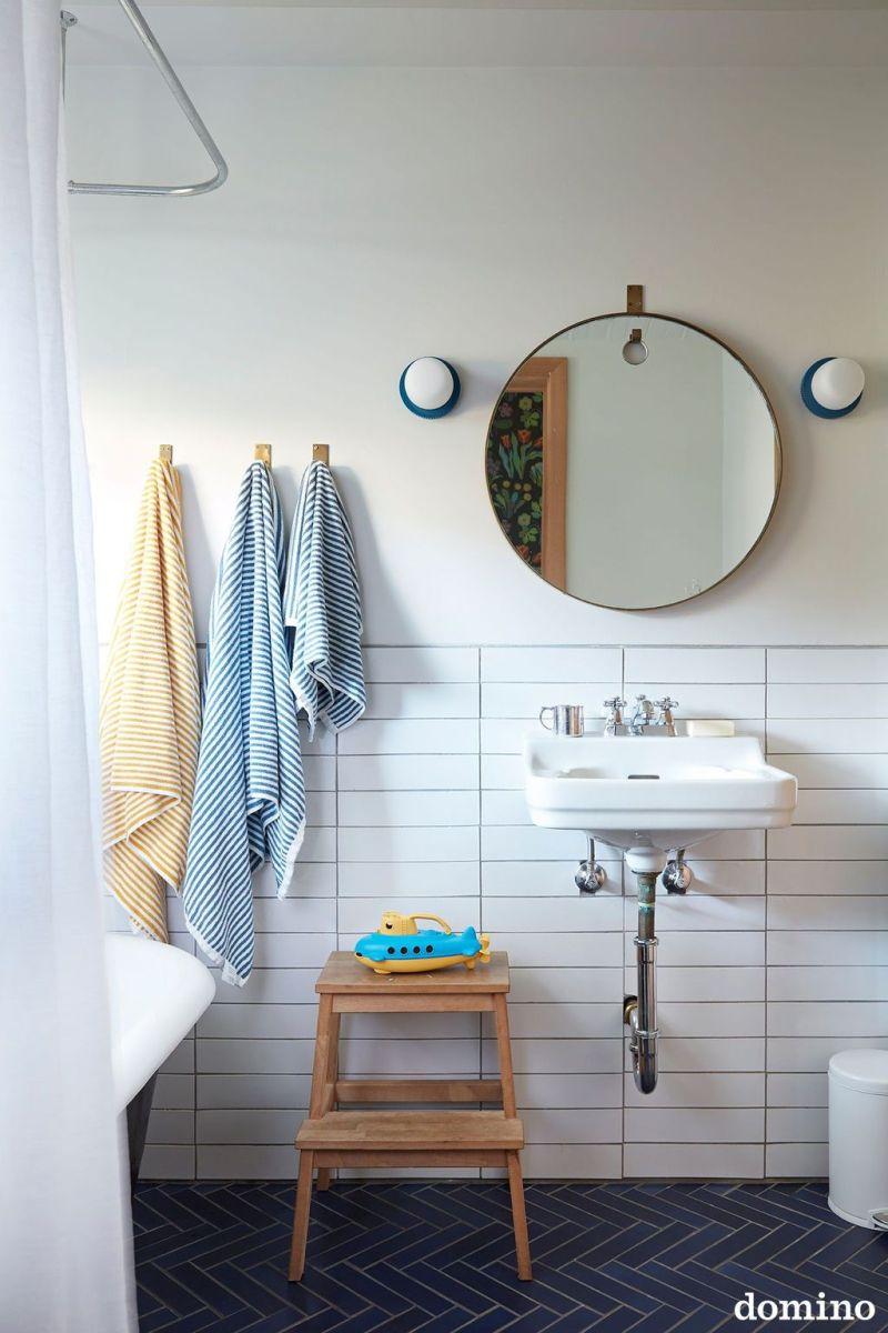 Amazing White Tile Bathroom Design Ideas Looks Elegant 32