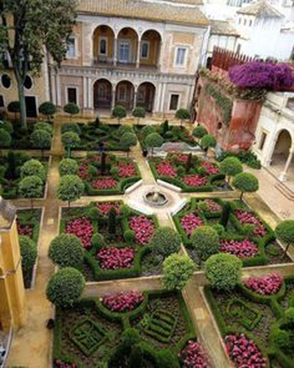 Beautiful Formal Garden Design Ideas 17