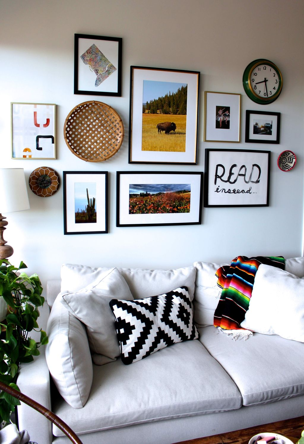 Amazing Floral Living Room Decor Ideas That You Will Love 22
