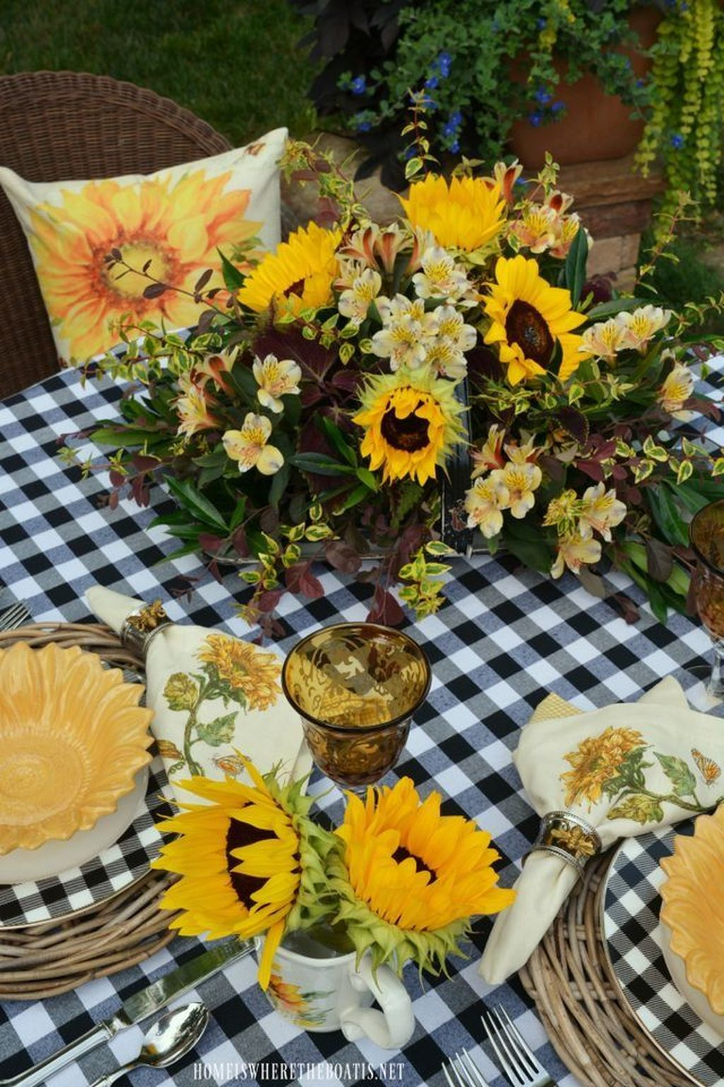 Amazing Summer Tablescapes For Dining Room Decor 13