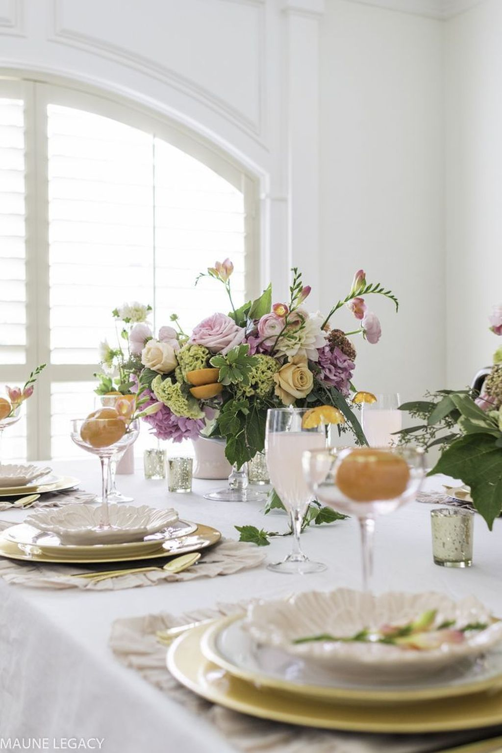 Amazing Summer Tablescapes For Dining Room Decor 24
