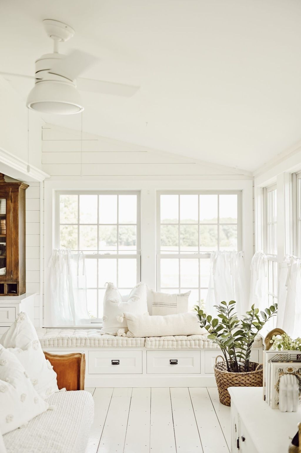 Charming Small Sunroom Decorating Ideas You Must Try 35