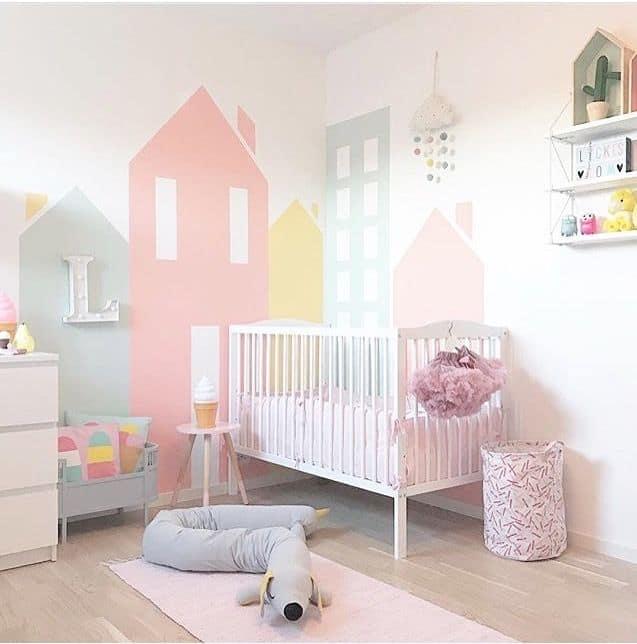 peinture geométrique en forme de maison pour chambre de fille