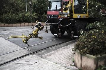 Er kann auf Schienen und Straßen fahren.