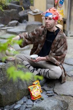 Aaron trinkt Tee