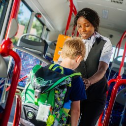 Schulbusbegleiter in Erfurt: Ein Herz für die Buskinder