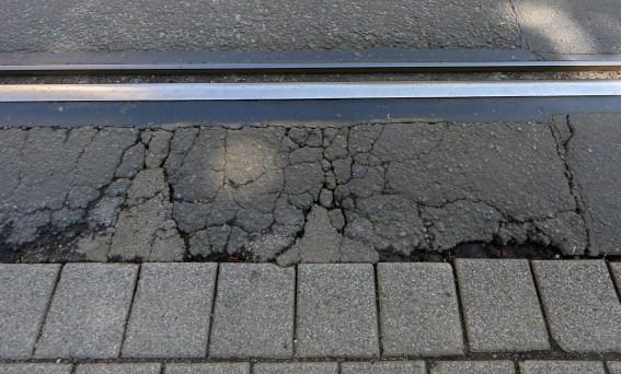30.04.2019 , Erfurt, Andreasstrasse / Haltestelle Webergasse, aufgrund von Gleisschäden wird die Strasse gesperrt Foto: Karina Hessland-Wissel *** Local Caption *** Copyright by KH/Karina Hessland Bildjournalismus und Fotografie , Stauffenbergallee 23 , 99085 Erfurt , Tel: 0177-2967631 ; E-Mail: karina.hessland@googlemail.com ; Bankverbindung : Erfurter Bank BLZ : 82064228 Konto: 1107836 , BIC: ERFBDE8E , IBAN: DE55 8206 4228 0001 1078 36 ; SteuerNr.: 151/230/13457 FA Erfurt , Nutzung nur gegen Honorar + 7% Mwst und Urhebernennung! Mit Abdruck werden die AGB von KH Bildjournalismus und Fotografie anerkannt. WICHTIG: Jegliche kommerzielle Nutzung ist Honorar- und Mehrwertsteuerpflichtig! Honorar gemaess MFM. Weitergabe an Dritte nur nach vorheriger Absprache mit dem Urheber! Darstellung im Internet ist grundsaetzlich Honorar- und Mehrwertsteuerpflichtig, auch als 1:1 Kopie in Internet -Ausgaben von Tageszeitungen und Magazinen. Autoren-Nennung auch für Internet -Darstellung gemaess § 13 UrhGes.